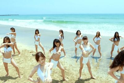 ふんどしウーマンたちが砂浜で踊る写真
