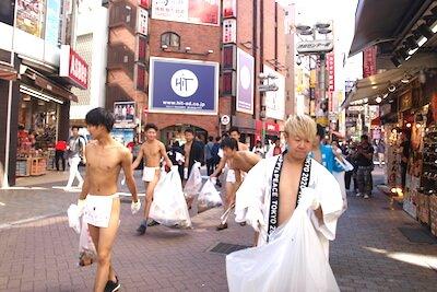 ふんどしマンとハッシャダイの研修生たちが渋谷でゴミを拾っている様子