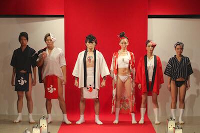 ふんどしファッションショーでランウェイに立つモデル達