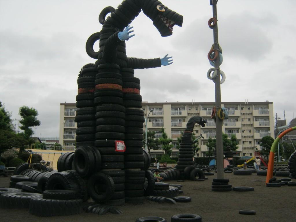 時にはゴジラのように首を長くして、大田区のタイヤ公園の中で黄昏を過ごすことも。