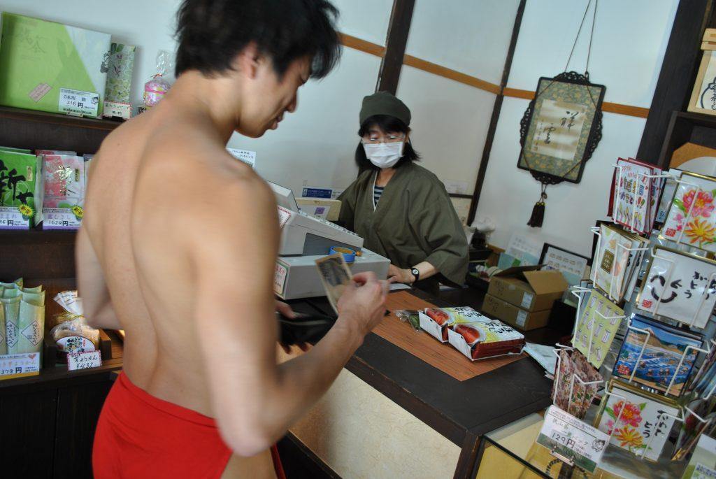 fundoshiman-buying-houji-cha