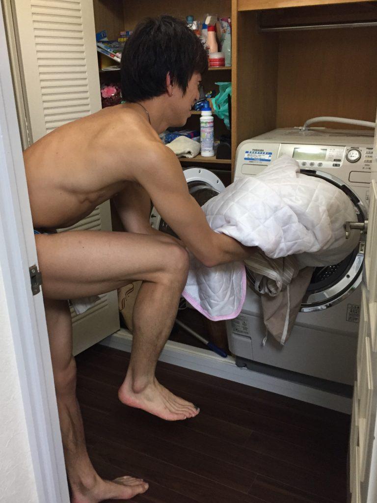 ふんどしマン洗濯物を運ぶ
