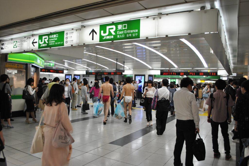 fundoshi-gomihiroi-inside-station