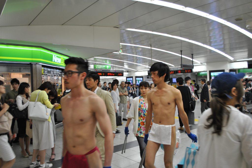 fundoshi-gomihiroi-inside-station-2