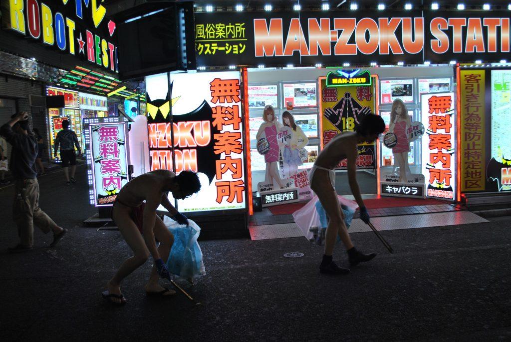 fundoshi-gomihiroi-nightactivity-street-2