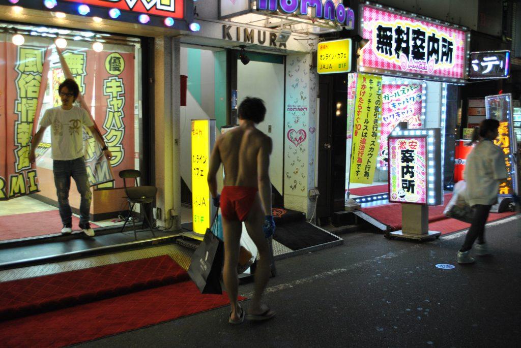 fundoshi-gomihiroi-nightactivity-street-3