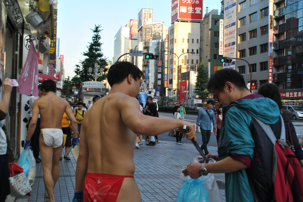 fundoshi-cleaning-participating-another-guy