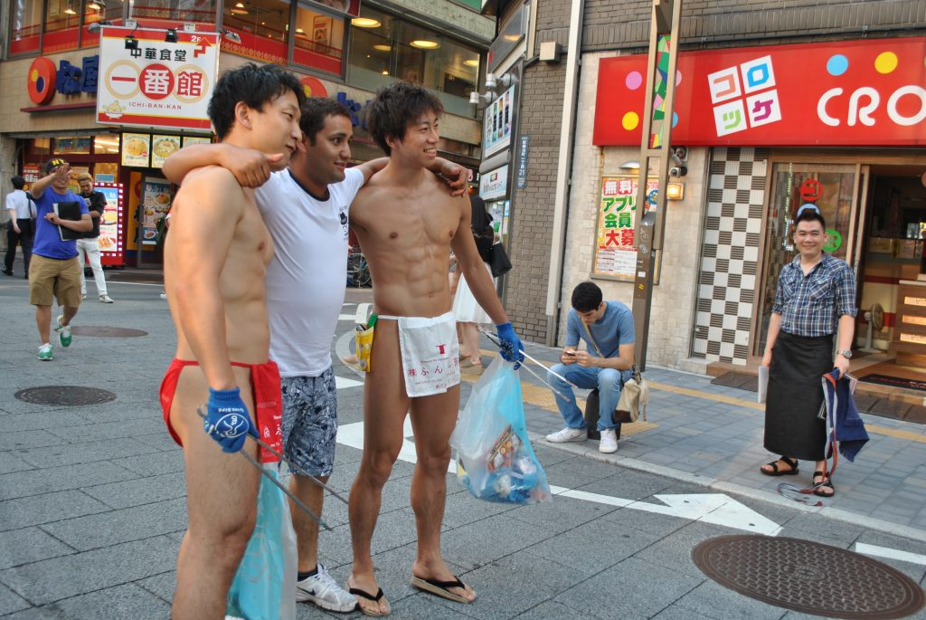 fundoshi-cleaning-picture-with-foreign-guy