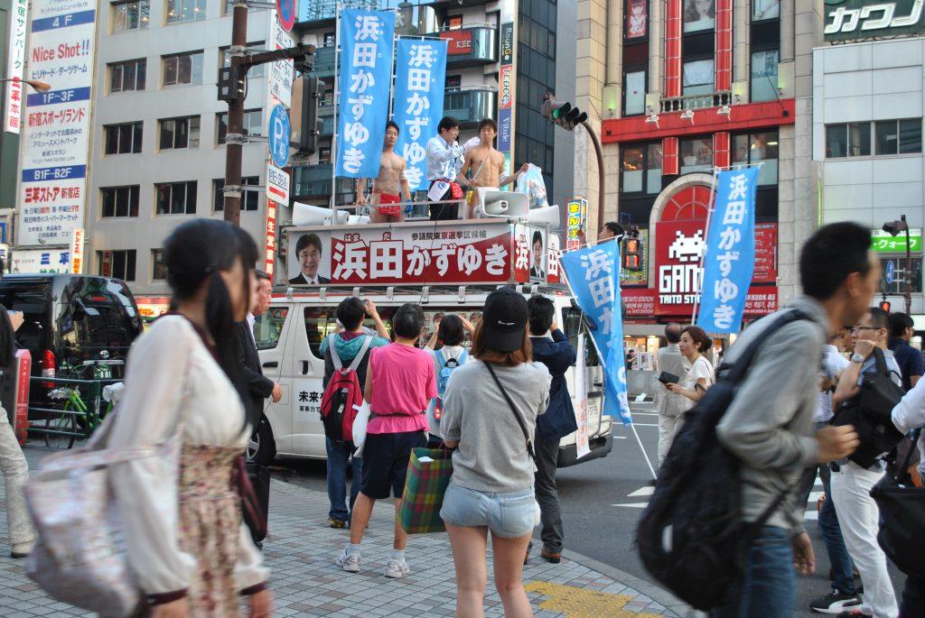 fundoshiman-and-hamadagiin-on-campaign-car