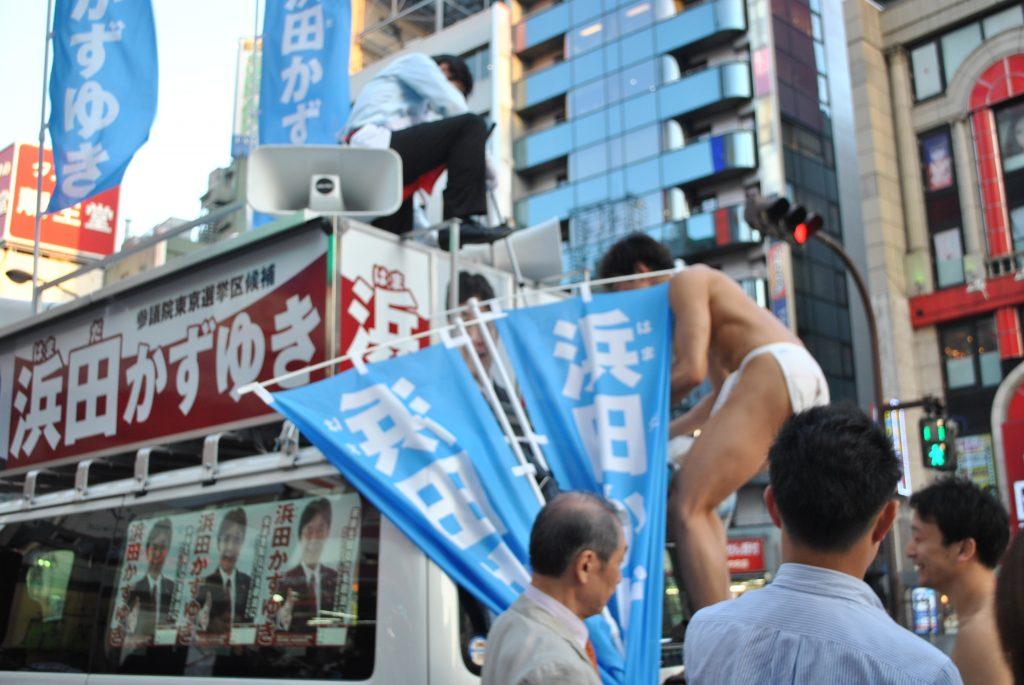 fundoshiman-climbing-up-the-campaign-car-1