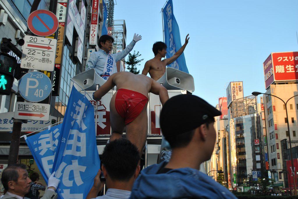 fundoshiman-climbing-up-the-campaign-car-2