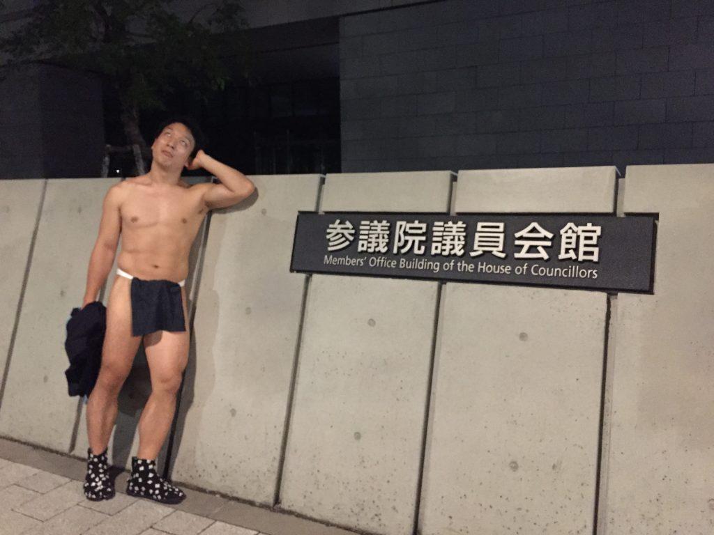 fundoshiman-in-front-of-sangiinkaikan