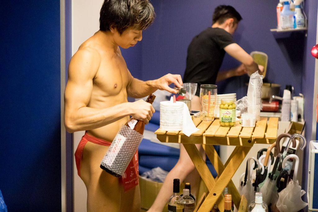 fundoshigentleman-making-cocktale-2