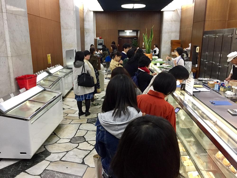 ohmiyayougashiten-crowded-3