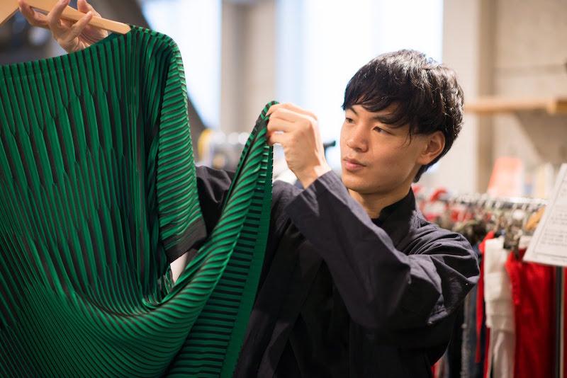 ISSEI MIYAKEの服を持つ男性