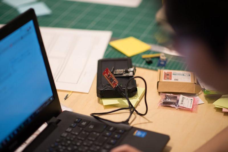 プロトタイプを制作する参加者